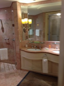 Four Seasons Hotel Singapore(フォーシーズンズホテル・シンガポール)プレミアルームバスルーム2